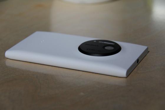 Lumia 1020比920要轻薄不少,但设计外观不如925