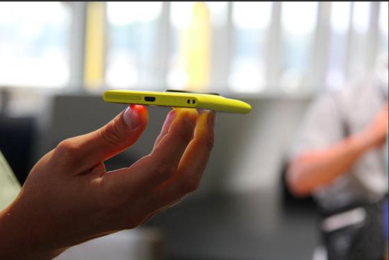 Lumia 1020底部和920相比没有变化,还是扬声器、MicroUSB以及挂绳