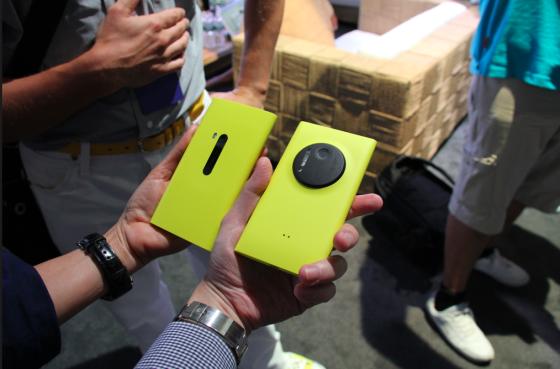 Lumia 1020(右)机身尺寸比920(左)要减肥不少,重量也轻了27克