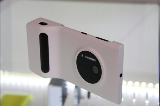 装上拍照手柄后,Lumia 1020已经是轻薄卡片机的模样