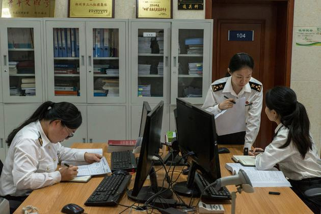 郑州海关员工正在办公